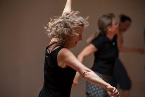 Tänzerin in dynamischer Bewegung