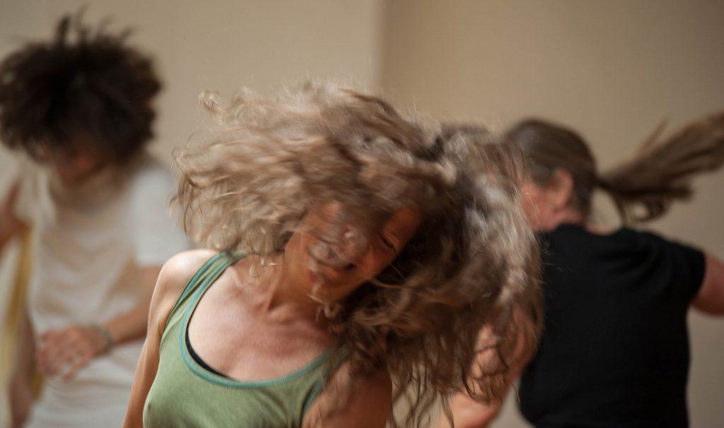 Tanzende Frau mit fliegenden Haaren